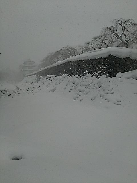 大雪、暴風雪の弘前城・弘前公園